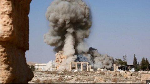 La distruzione del tempio di Baal Shimin a Palmira, patrimonio dell'Unesco, da parte dei miliziani dell'Isis