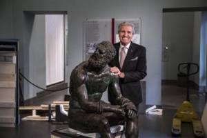 L'incontro del pugile olimpionico Nino Benvenuti con la statua del Pugilatore