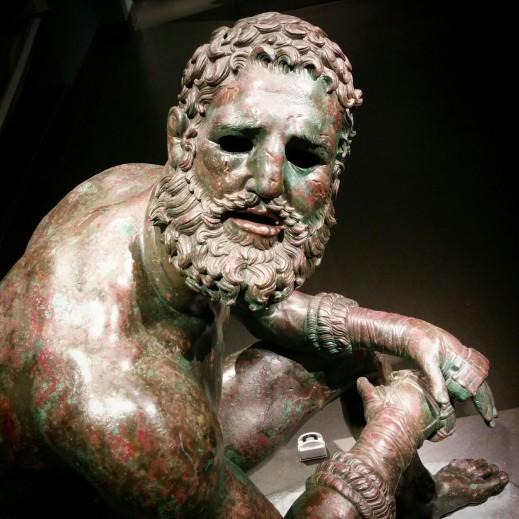 Sul volto del Pugilatire sono resi con grande maestria la barba e la pettinatura