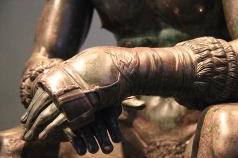 Particolare delle mani fasciate del Pugilatore, i cosiddetti cesti