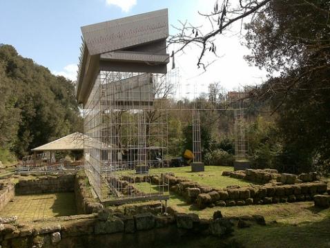 Il santuario di Minerva con il restauro che ne restituisce i volumi