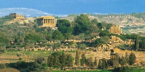Una visione d'insieme della famosa Valle dei Templi ad Agrigento