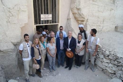 Il gruppo di archeologi della missione spagnola dell'istituto per gli studi dell'Antico Egitto di Madrid impegnati nel progetto alla tomba del visir Amenhotep Huy a Luxor