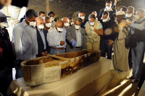 Il momento magico: l'apertura del sarcofago della cantrice del dio Amon alla presenza del ministro alle Antichità Mamdouh el Damati