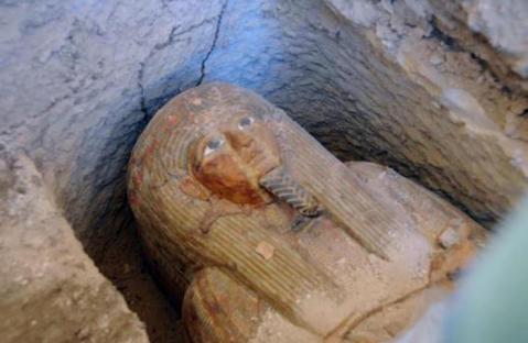 Il sarcofago del sacerdote di Amon scoperto nella tomba del visir Amenhotep Huy nella necropoli di el Asasif a Luxor