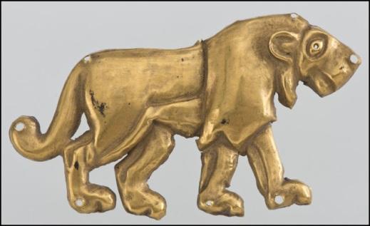 Placca in oro che raffigura un leone: uno degli eccezionali reperti dall'Ermitage di San Pietroburgo