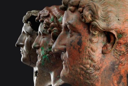 I tre ritratti in bronzo dell'imperatore Adriano esposti in mostra al museo di Israele a Gerusalemme