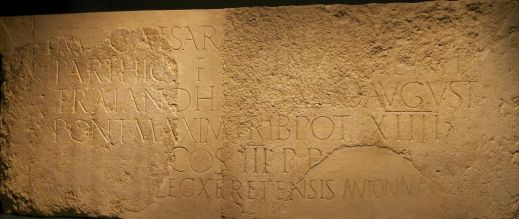 La monumentale iscrizione votiva eretta dalla Decima Legione Romana a Gerusalemme in occasione del viaggio fatto dall'imperatore nel 130 d.C