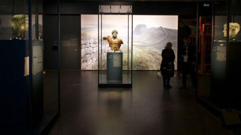 La sala del Museo di Israele a Gerusalemme che ospita i tre ritratti in bronzo dell'imperatore Adriano