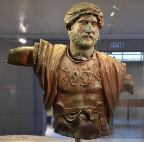 Il busto in bronzo dell'imperatore Adriano trovato nell'accampamento della Sesta Legione Romana in Israele