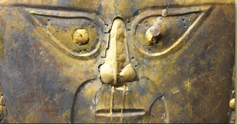 """Maschera funebre in rame ricoperta da lamina d'oro (Perù, 1300 d.C.) simbolo della mostra """"Il mondo che non c'era"""""""
