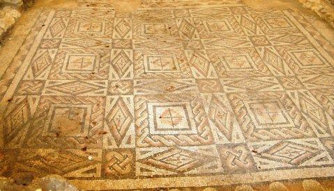 Mosaico con nodi di salomone dalla villa romana di Desenzano del Garda (foto Luca Giarelli)