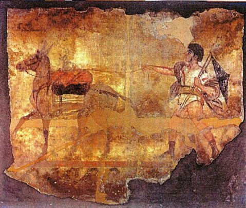 La grande lastra con il giovane guerriero in trionfo mentre, armato, conduce un mulo che sulla groppa trasporta un probabile bottino di guerra e un cagnolino