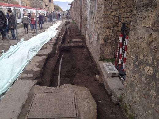 Il grande cantiere di via dell'Abbondanza a Pompei dove si affacciano le sei domus restaurate