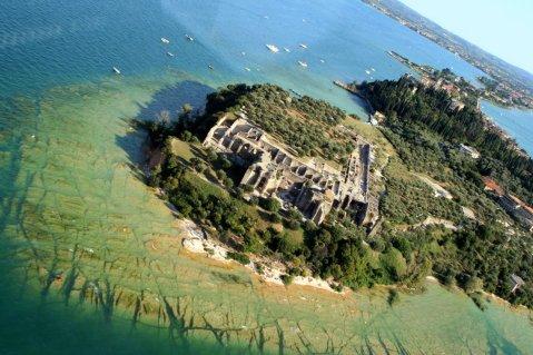 Una visione aerea della villa romana di Sirmione, nota come Grotte di Catullo, sulla punta della penisola