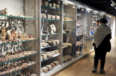 Le vetrine allestite nei magazzini con migliaia di oggetti dell'Antico Egitto