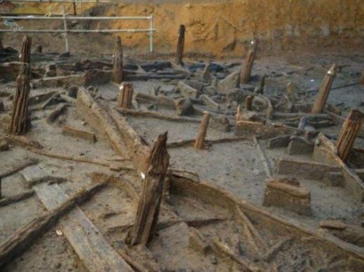L'impressionate qualità dell'impianto di tronchi a sostegno delle case circolari di Must Farm