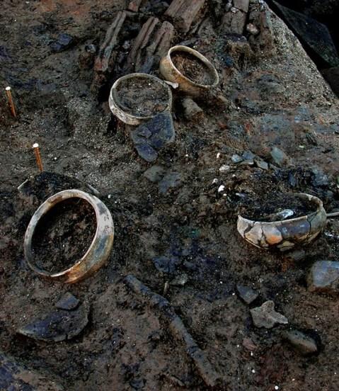 Il vasellame in ceramica ancora con i resti di cibo fossilizzato all'interno