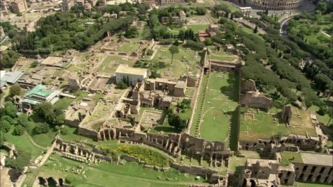 Il colle Palatino era il cuore di Roma antica con edifici pubblici e sacri fulcro della città