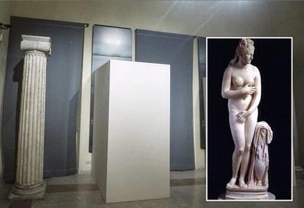 La Venere Capitolina (nel riquadro) inscatolata ai Musei Capitolini di Roma per la visita del presidente Rohani