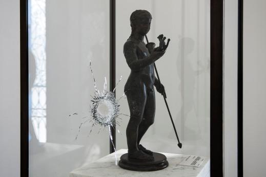 Un foro di proiettile su una vetrina del museo del Bardo di Tunisi