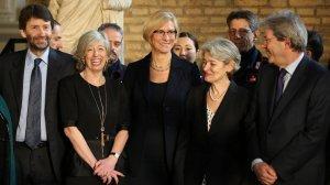 I firmatari del protocollo: da sinistra, Franceschini, Giannini, Pinotti, Bokova e Gentiloni