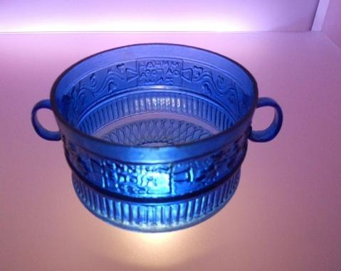 Una coppa in vetro blu firmata da Ennion e conservata al museo Archeologico di Adria