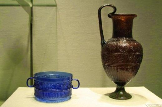 Una coppa e un'anforetta in vetro soffiato colorato del maestro vetraio siro-palestinese Ennion del I sec. d.C.