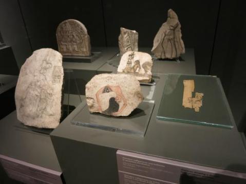 Una vetrina con alcuni preziosi ostraka provenienti da Deir el Medina