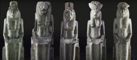 La parata di statue egizie monumentali che popoleranno la Grande Palestra di Pompei