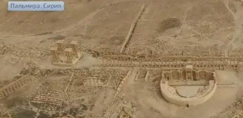Una veduta aerea del sito archeologico di Palmira: si vedono bene ancora integri il teatro romano e il lungo colonnato