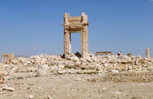 Un portale in una distesa di detriti è il muto testimone di quanto resta del grande santuario di Bel a Palmira distrutto dai jihadisti