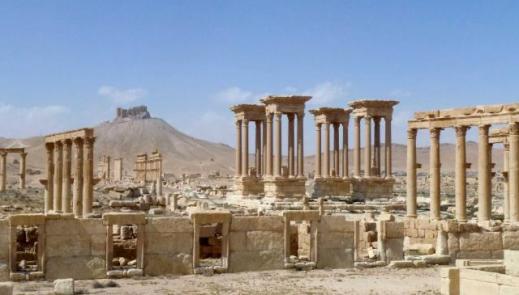La foto scattata il 27 marzo 2016 conferma che il tetrapilo non è stato distrutto dai jihadisti
