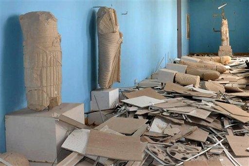 Una sala devastata del museo di Palmira che Khaled Asaad aveva difeso pagando con la propria vita
