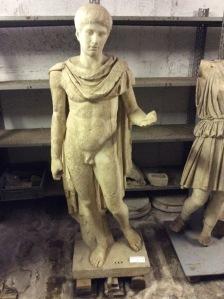 La statua dell'Efebo, che decorava la piscina, copia romana di originale greco