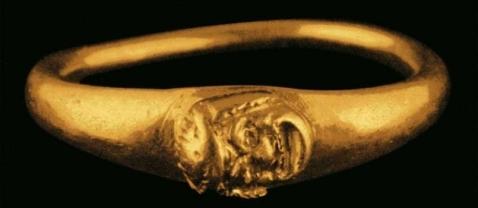 Un prezioso anello d'oro proveniente dalla Villa B di Oplontis