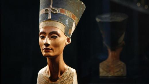 Il famoso busto della regina Nefertiti conservato al Neues Museum di Berlino