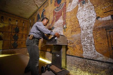 Un tecnico in azione col radar nella tomba di Tutankhamon nella valle dei Re in Egitto
