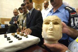 La Dama di Warka fu trafugata nell'aprile 2003 dal museo di Baghdad, e restituita qualche mese dopo alle autorità