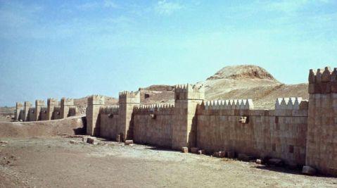 Le monumentali mura di Ninive, capitale del regno assiro sotto il re Sennacherib