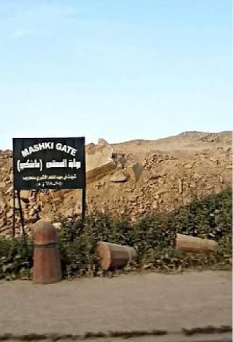 Dietro il cartello che indica la porta di Mashki dell'antica Ninive, solo un cumulo di macerie