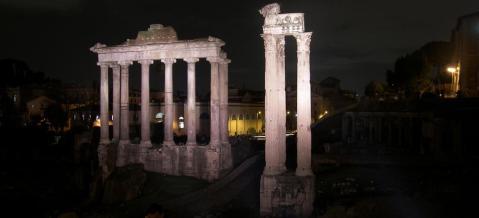 La diversa temperatura delle luci permette una lettura storica dei monumenti