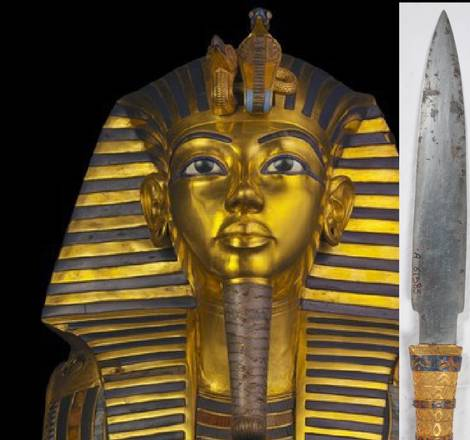 La famosa maschera di Tutankhamon e il pugnale in ferro trovato avvolto tra le bende della mummia del faraone bambino