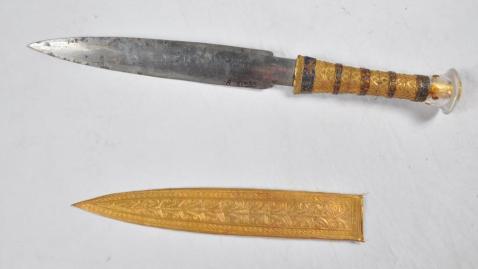Il pugnale di ferro di Tutankhamon con manico in oro lavorato, piccole pietre multicolori incastonate, dai lapislazzuli alle corniole