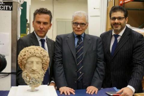 Il momento della restituzione a Los Angeles della Testa di Ade da parte dei responsabili del Getty Museum alle autorità italiane