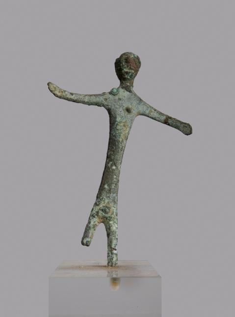 Bronzetto etrusco votivo dalla collezione Guasti Badiani esposto nella mostra di Prato