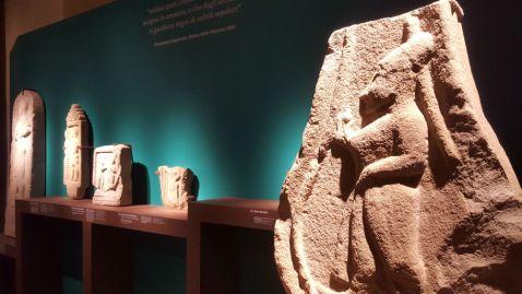 """Le stele esposte nella mostra """"L'ombra degli Etruschi"""" nel museo di Palazzo Pretorio a Prato"""
