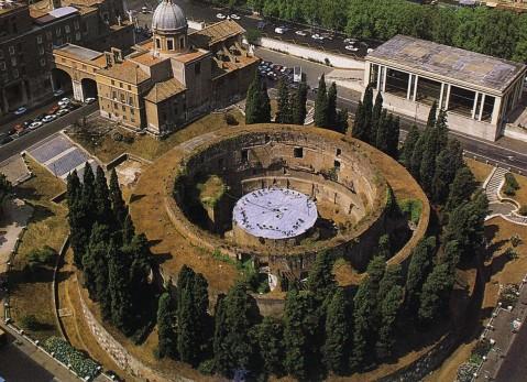Il Mausoleo con il suo diametro di 300 piedi romani (circa m 87) è il più grande sepolcro circolare che si conosca