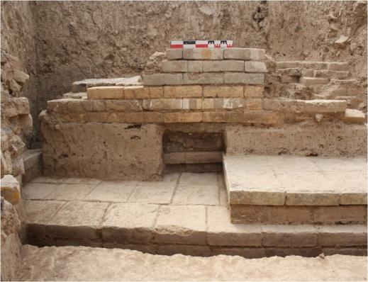 Tratto della faccia interna del muro SW (con decorazione a mattoni invetriati in situ), di una delle banchine e del pavimento dell'ambiente interno (trincea 11)