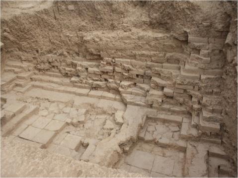 Tol-e Ajori: Veduta della trincea 12, con la parte restante della sezione in mattoni cotti del muro SW verso l'esterno: il blocco delle fondazioni in mattoni cotti prosegue verso il nucleo sotto il blocco in mattoni crudi